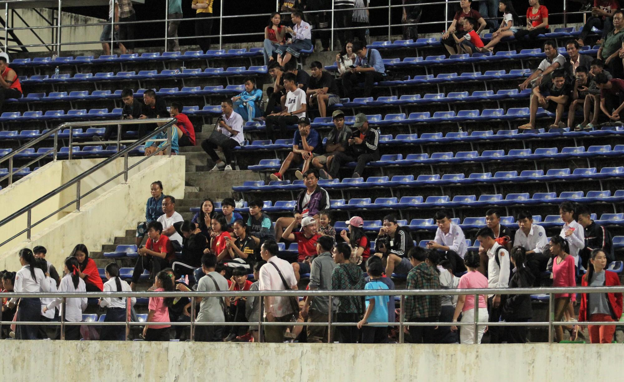 Đây mới là lý do khiến cầu thủ Lào chạnh lòng sau trận thua 0-3 trước Việt Nam ở AFF Cup 2018 - Ảnh 11.