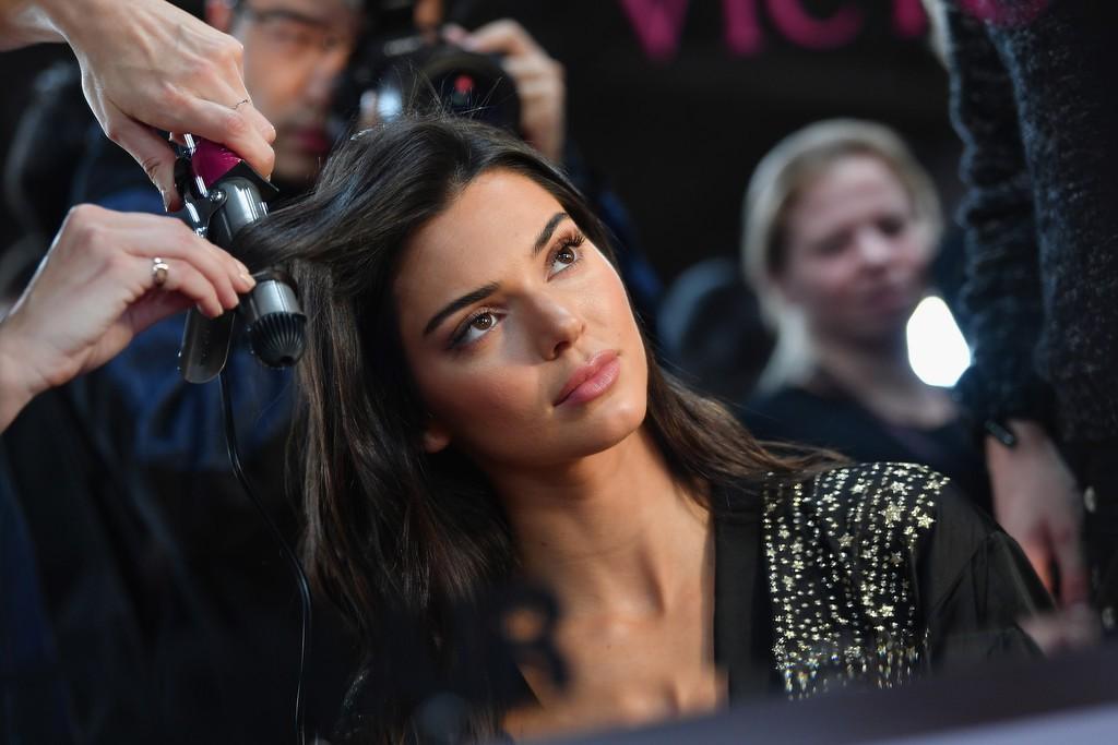 Loạt khoảnh khắc đẹp xuất thần không cần photoshop của Kendall, Gigi và Bella trong hậu trường Victorias Secret 2018 - Ảnh 14.