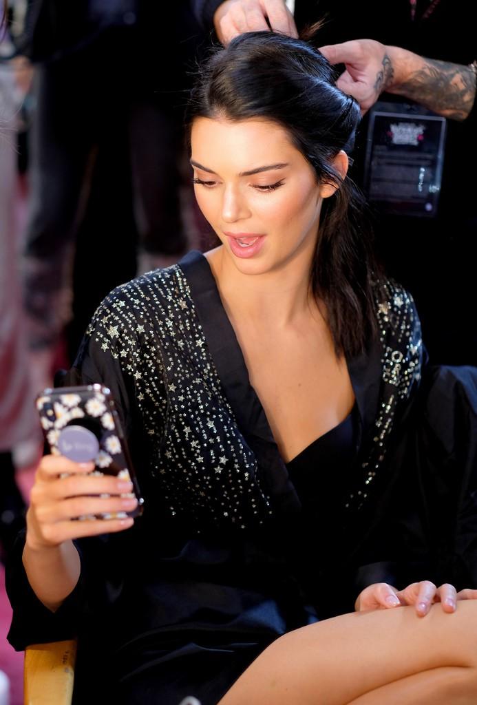 Loạt khoảnh khắc đẹp xuất thần không cần photoshop của Kendall, Gigi và Bella trong hậu trường Victorias Secret 2018 - Ảnh 9.