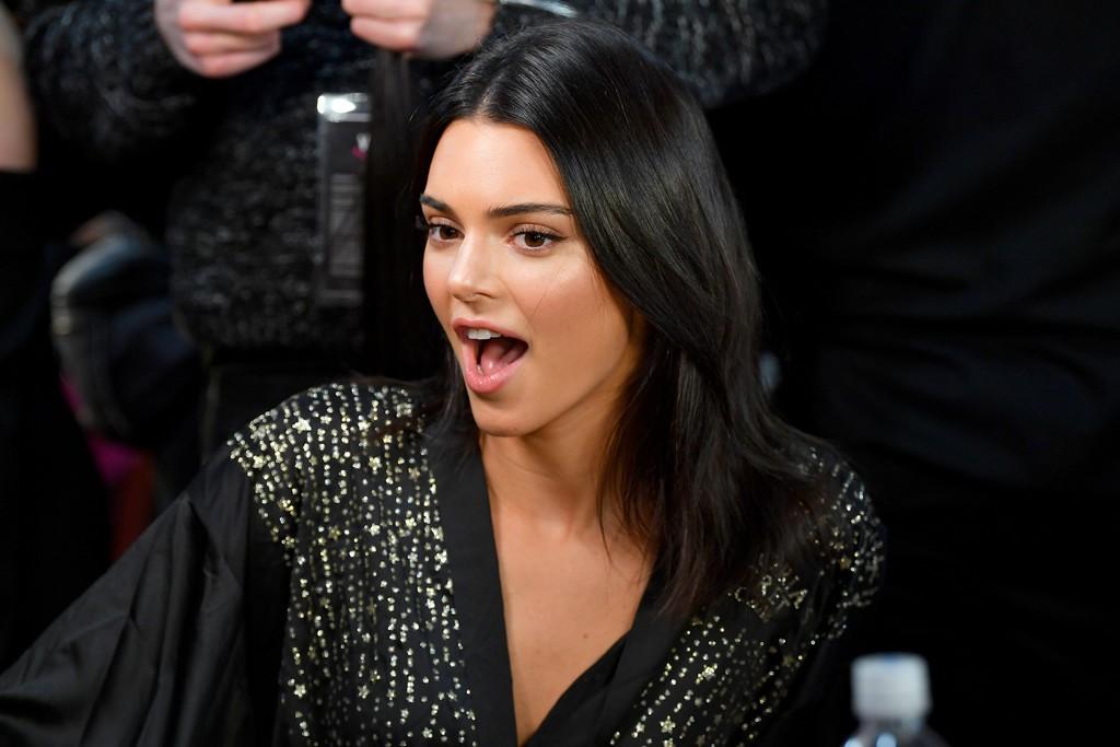 Loạt khoảnh khắc đẹp xuất thần không cần photoshop của Kendall, Gigi và Bella trong hậu trường Victorias Secret 2018 - Ảnh 11.