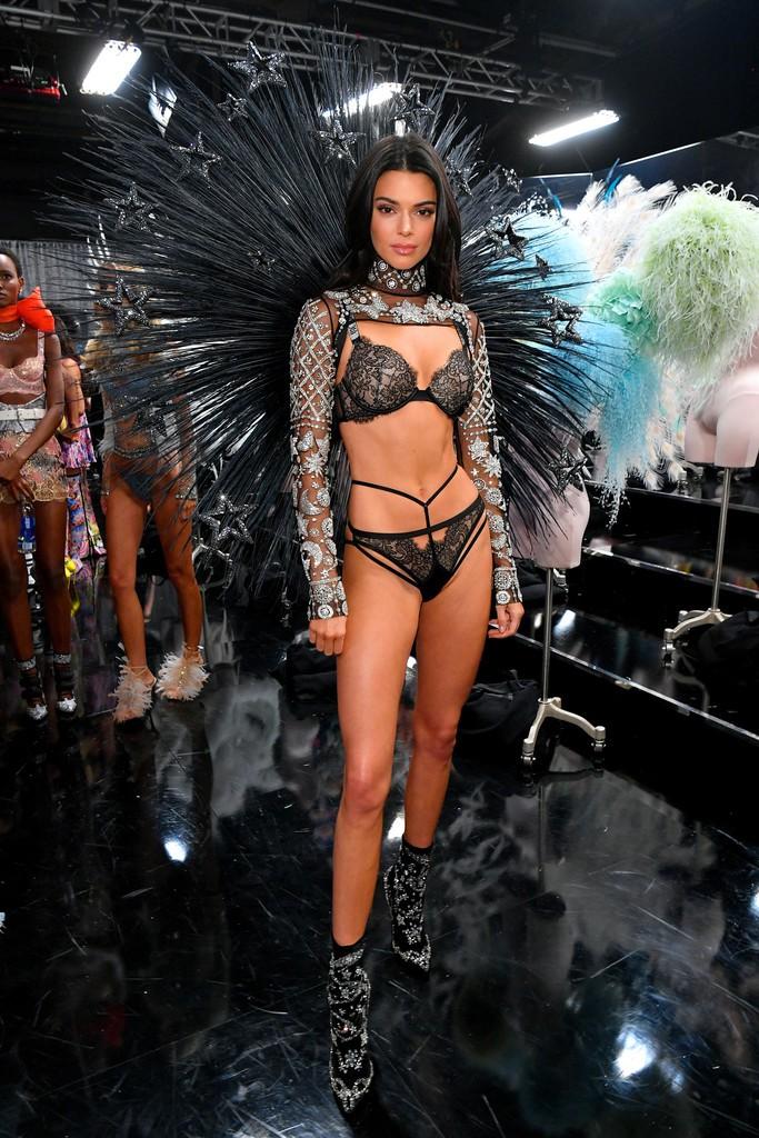 Loạt khoảnh khắc đẹp xuất thần không cần photoshop của Kendall, Gigi và Bella trong hậu trường Victorias Secret 2018 - Ảnh 4.