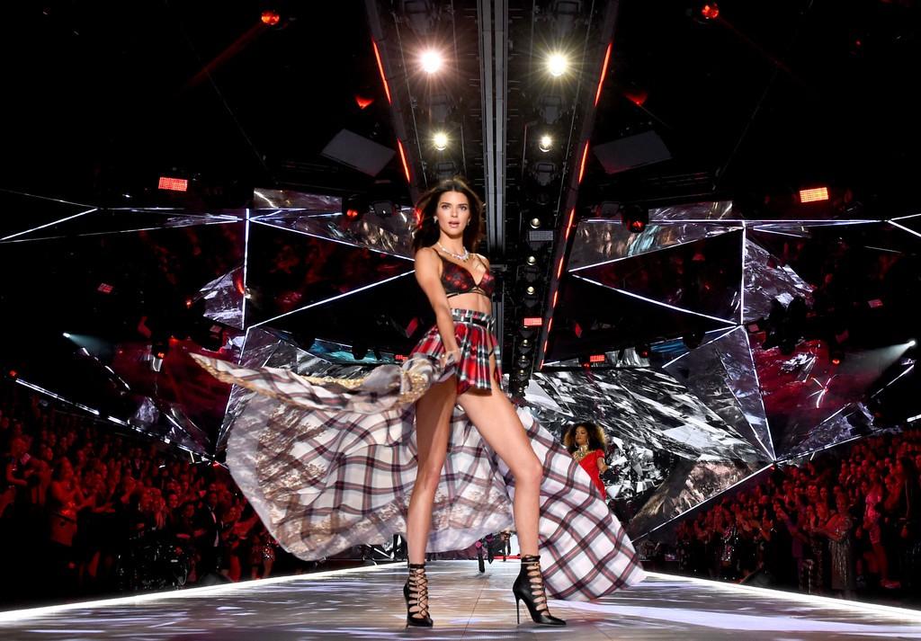 Loạt khoảnh khắc đẹp xuất thần không cần photoshop của Kendall, Gigi và Bella trong hậu trường Victorias Secret 2018 - Ảnh 15.