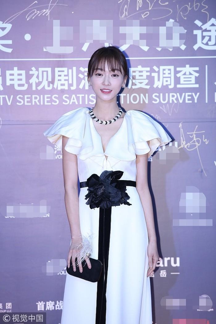 Thảm đỏ Hoa Đỉnh: Hoa hậu Hong Kong diện đầm xuyên thấu khoe body, Ngô Cẩn Ngôn bánh bèo với váy xẻ sâu - Ảnh 2.