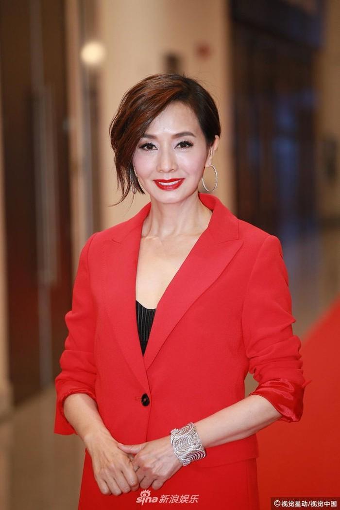 Thảm đỏ Hoa Đỉnh: Hoa hậu Hong Kong diện đầm xuyên thấu khoe body, Ngô Cẩn Ngôn bánh bèo với váy xẻ sâu - Ảnh 15.