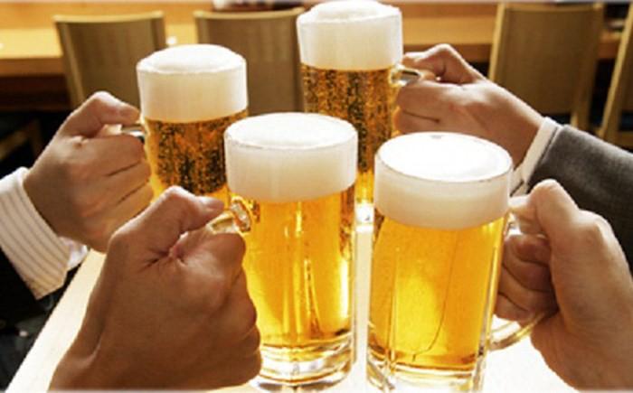 Đề xuất luật hóa việc cấm công chức, người lao động uống rượu bia trong giờ làm việc - Ảnh 1.