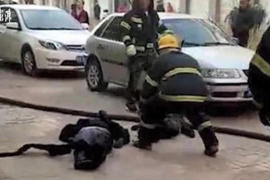 Mẹ che cho con trong vụ nổ xe điện, cả hai đều chết thảm - Ảnh 1.