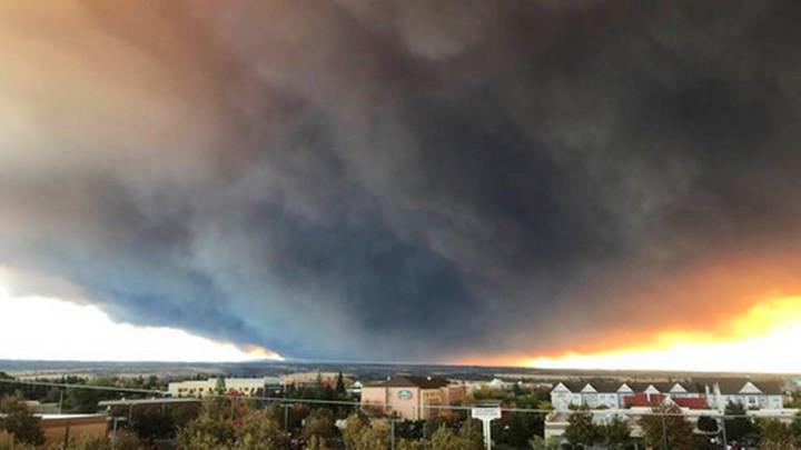 """Cháy rừng """"như tận thế"""" ở California (Mỹ) làm hàng nghìn người sơ tán - Ảnh 2."""