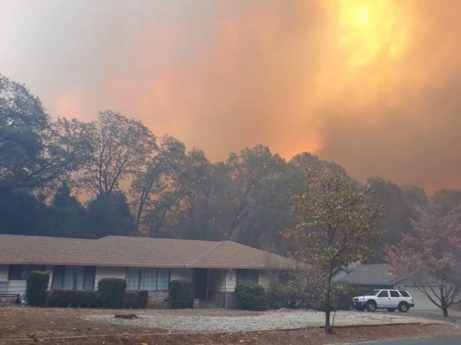 """Cháy rừng """"như tận thế"""" ở California (Mỹ) làm hàng nghìn người sơ tán - Ảnh 4."""