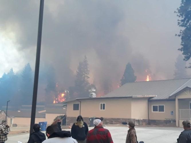 """Cháy rừng """"như tận thế"""" ở California (Mỹ) làm hàng nghìn người sơ tán - Ảnh 5."""