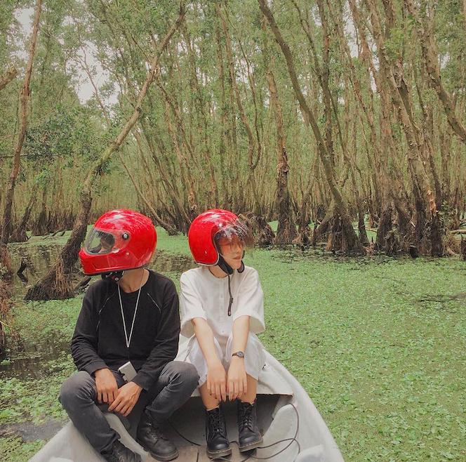 Cặp đôi giấu mặt, đội mũ bảo hiểm đỏ đang hot trên Instagram: Lên Đà Lạt vì thất tình ai ngờ gặp ngay chân ái! - Ảnh 1.