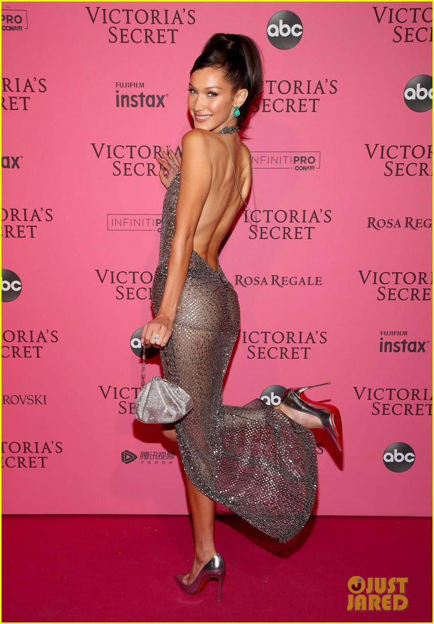 Thảm đỏ hậu show Victorias Secret: Dù không đẹp nhất, Bella Hadid vẫn nổi nhất dàn sao vì... lộ hết vòng 1 - Ảnh 2.