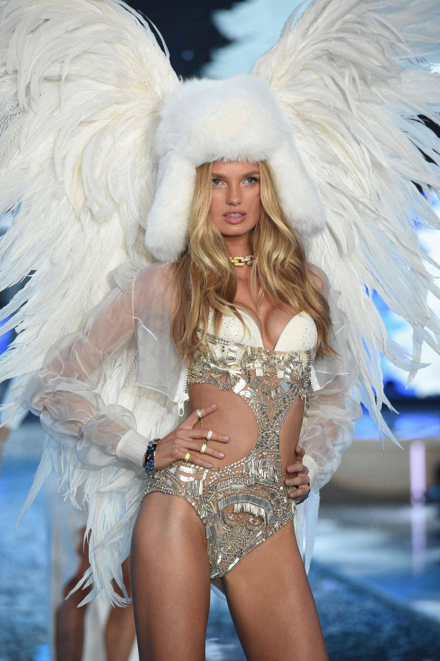 """Hóa thân thành một """"Thiên thần Băng giá"""" (Ice Angel), dung nhan cũng như sắc vóc của Romee khiến cho bao con tim thổn thức không ngừng."""