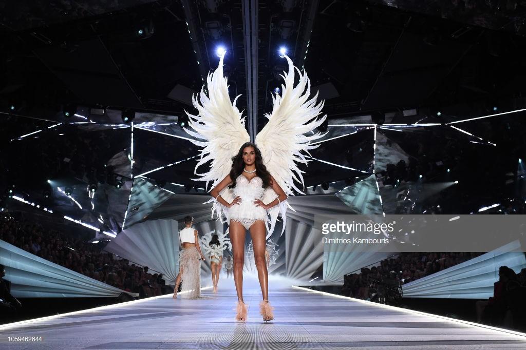 Chân dài 25 tuổi đã hớp hồn mọi quan khách với đôi cánh lông vũ trắng muốt tựa như một thiên thần thực sự.