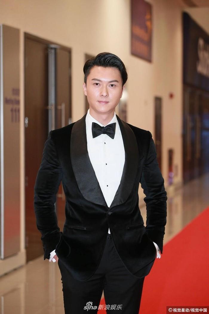 Thảm đỏ Hoa Đỉnh: Hoa hậu Hong Kong diện đầm xuyên thấu khoe body, Ngô Cẩn Ngôn bánh bèo với váy xẻ sâu - Ảnh 13.