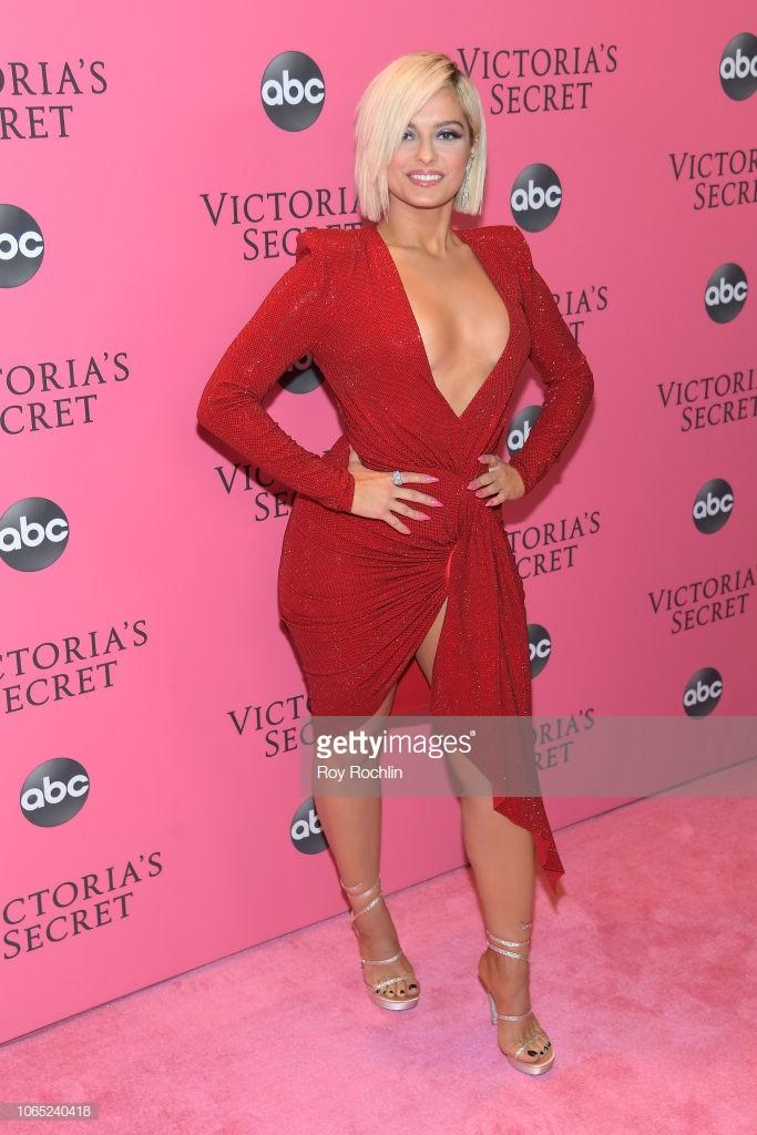 Thảm hồng Victorias Secret Fashion Show 2018: mẹ Kendall ton-sur-ton với tình trẻ kém 35 tuổi, anh trai Ariana Grande cởi trần như thổ dân - Ảnh 15.