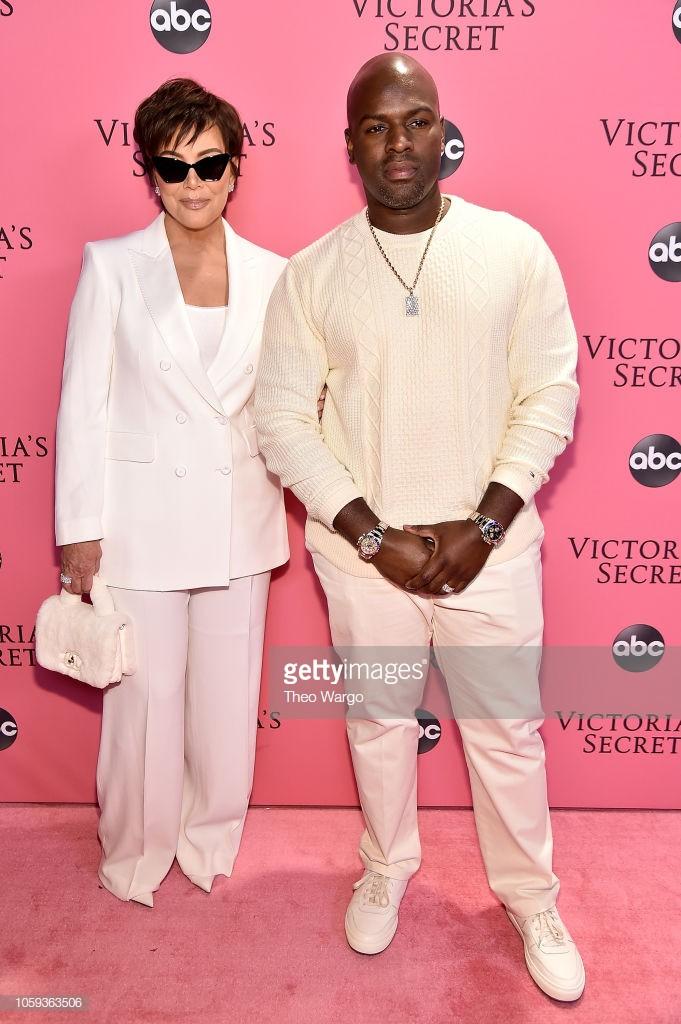Thảm hồng Victorias Secret Fashion Show 2018: mẹ Kendall ton-sur-ton với tình trẻ kém 35 tuổi, anh trai Ariana Grande cởi trần như thổ dân - Ảnh 1.