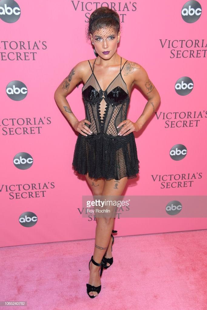 Thảm hồng Victorias Secret Fashion Show 2018: mẹ Kendall ton-sur-ton với tình trẻ kém 35 tuổi, anh trai Ariana Grande cởi trần như thổ dân - Ảnh 12.