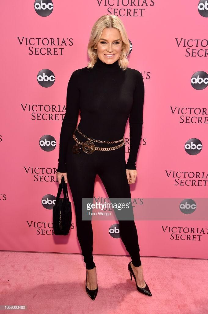 Thảm hồng Victorias Secret Fashion Show 2018: mẹ Kendall ton-sur-ton với tình trẻ kém 35 tuổi, anh trai Ariana Grande cởi trần như thổ dân - Ảnh 13.