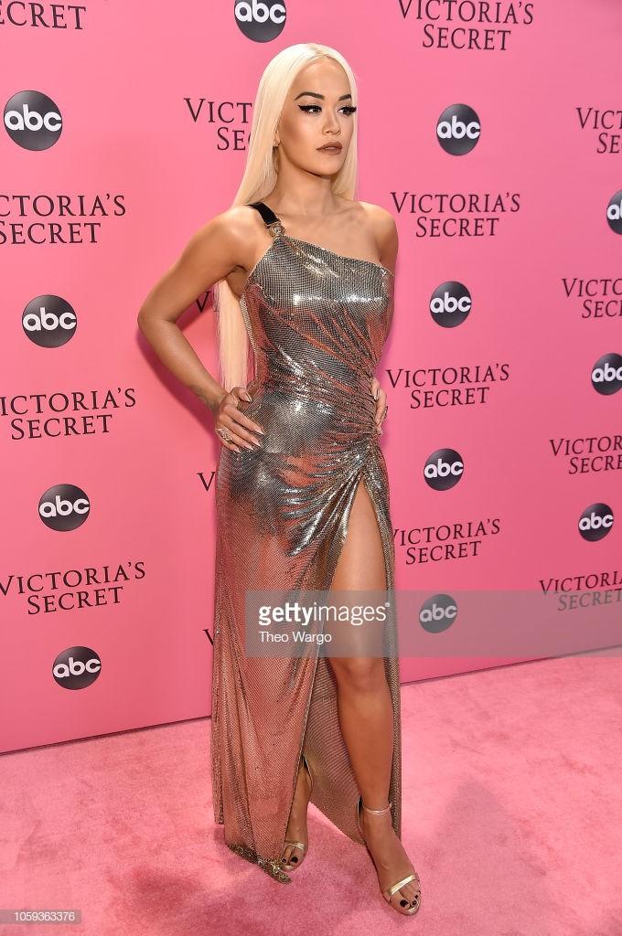 Thảm hồng Victorias Secret Fashion Show 2018: mẹ Kendall ton-sur-ton với tình trẻ kém 35 tuổi, anh trai Ariana Grande cởi trần như thổ dân - Ảnh 8.