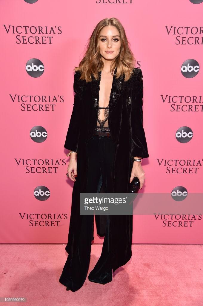 Thảm hồng Victorias Secret Fashion Show 2018: mẹ Kendall ton-sur-ton với tình trẻ kém 35 tuổi, anh trai Ariana Grande cởi trần như thổ dân - Ảnh 11.