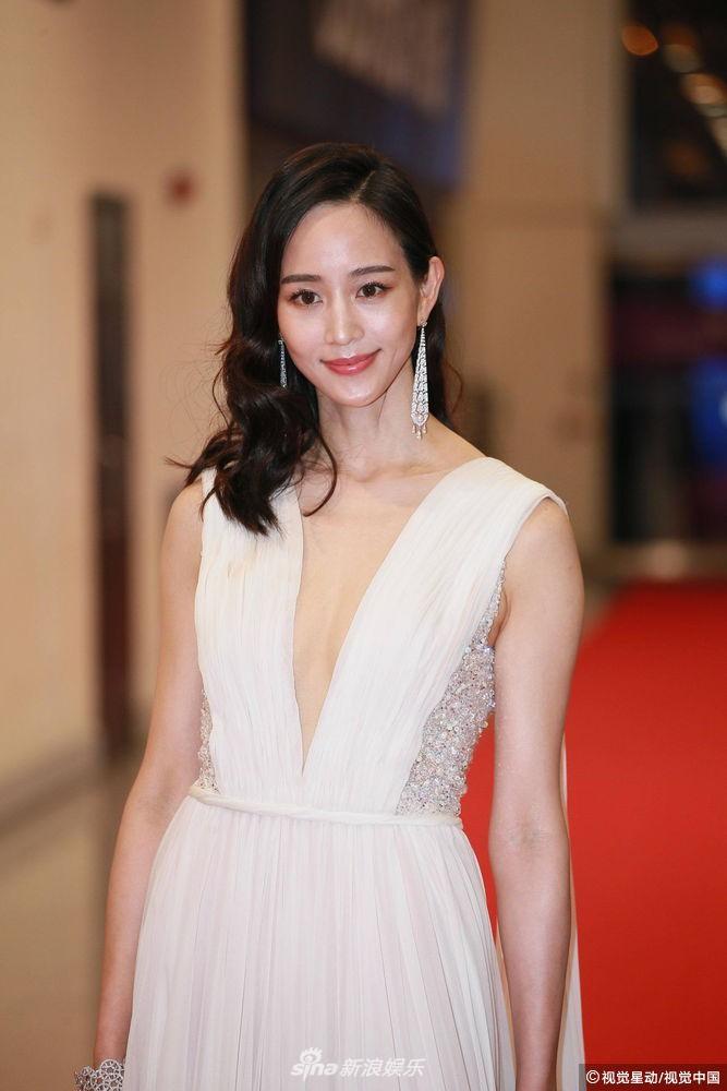 Thảm đỏ Hoa Đỉnh: Hoa hậu Hong Kong diện đầm xuyên thấu khoe body, Ngô Cẩn Ngôn bánh bèo với váy xẻ sâu - Ảnh 4.