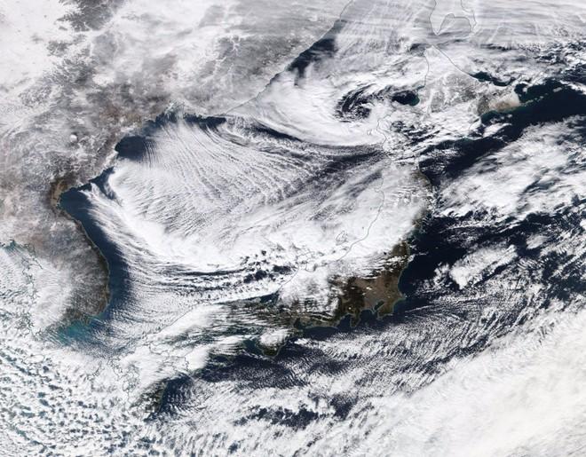 Bão tuyết vừa tấn công Nhật theo cách lạ lùng, đóng băng cả đoàn xe lửa - Ảnh 1.