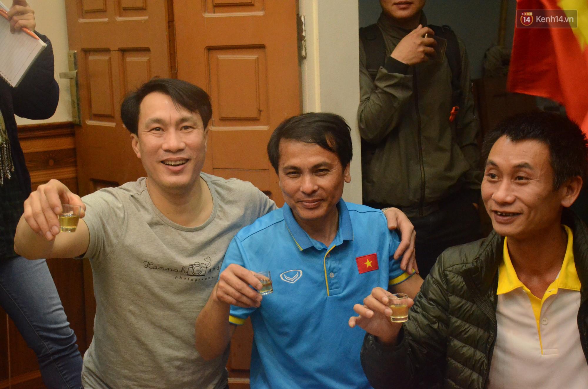 Người hùng trận bán kết Nguyễn Quang Hải - Từ đứa trẻ chơi bóng ở xóm đến cầu thủ triệu triệu người Việt Nam nhắc tên - Ảnh 3.