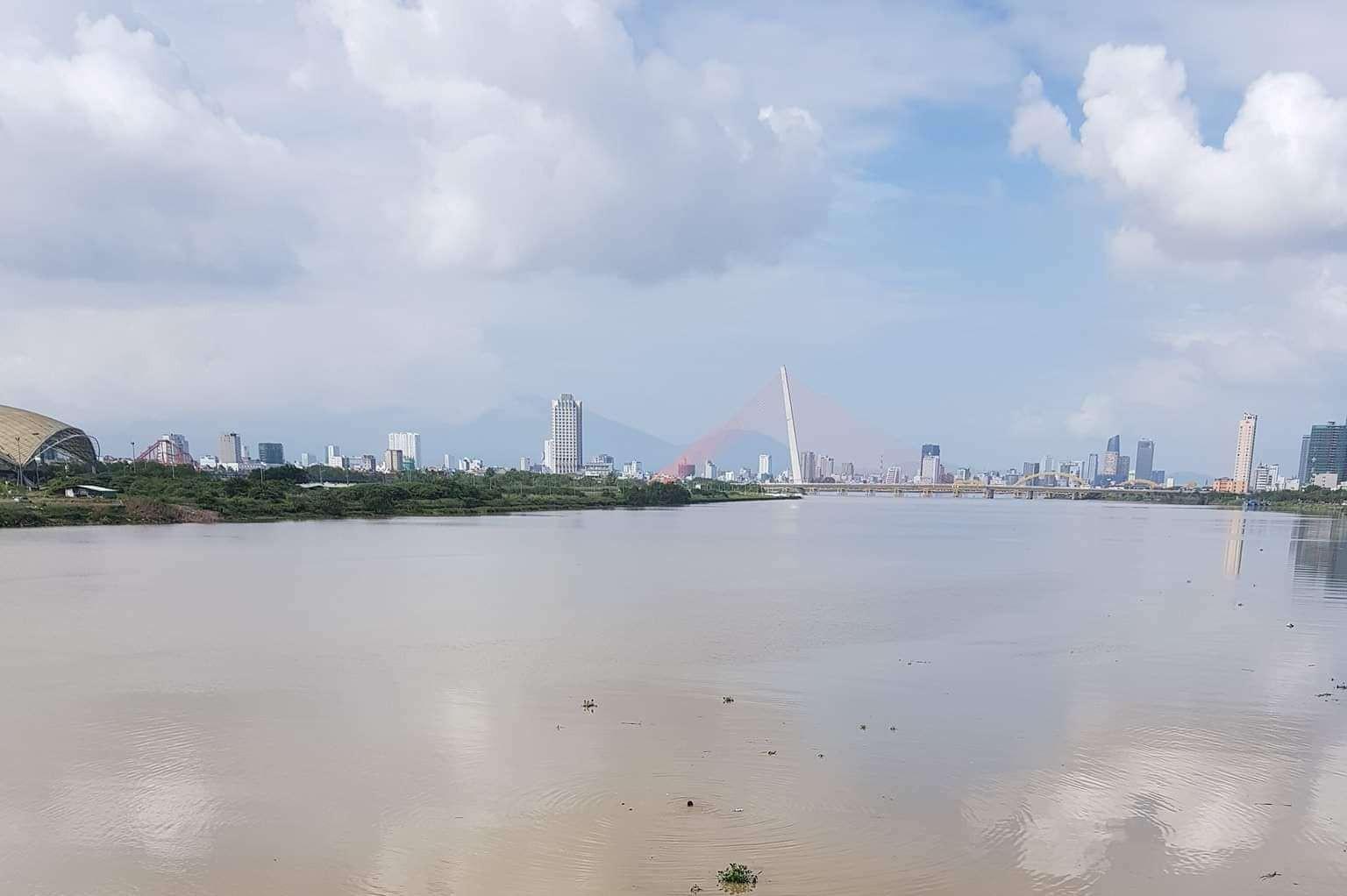 Hoảng hồn phát hiện người phụ nữ bỏ lại xe máy, nhảy xuống sông Hàn tự tử - Ảnh 2.