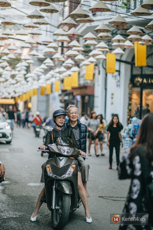 Sau con đường ô lãng mạn, Hà Nội xuất hiện Hội An thu nhỏ với 1.000 chiếc nón lá trên cao - Ảnh 8.