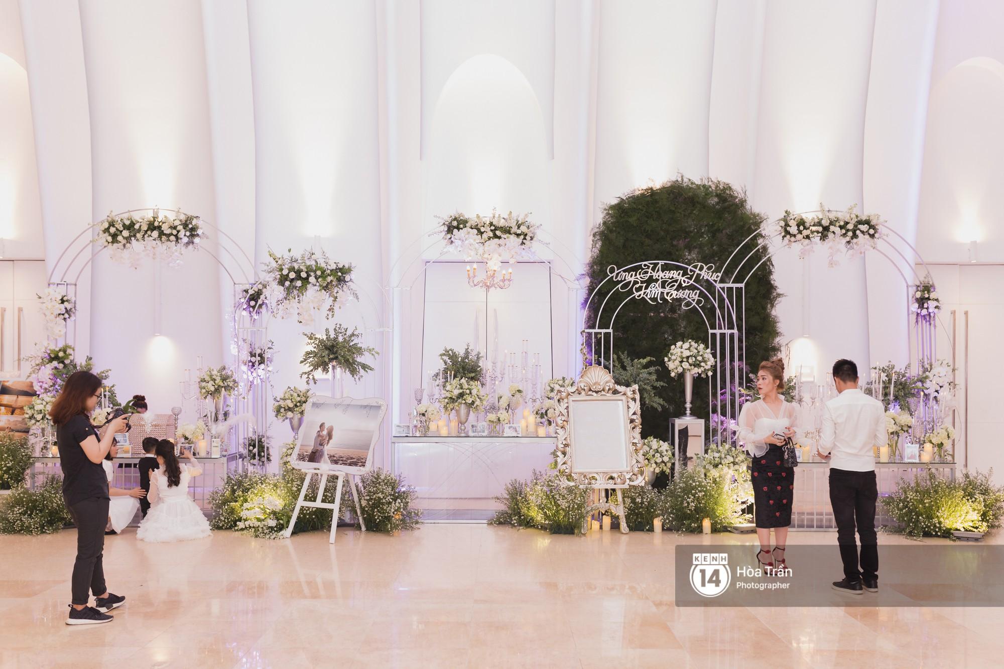 Không gian đám cưới sang trọng, ngập tràn sắc hoa của Ưng Hoàng Phúc và Kim Cương - Ảnh 1.