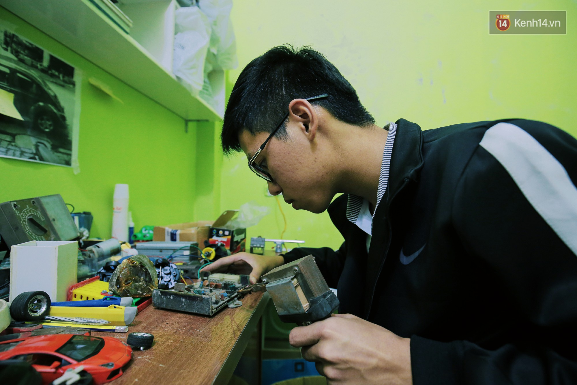 Học sinh lớp 11 Nam Định tự tay chế tạo ô tô điện sạc bằng năng lượng mặt trời: Xe lội nước thoải mái, ai cũng lái được! - Ảnh 6.