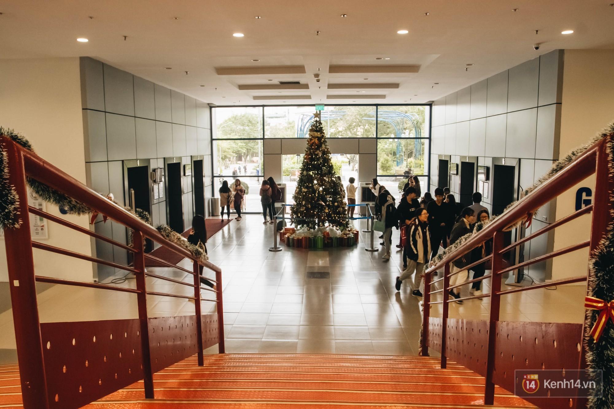 Xịn như Kinh tế Quốc dân: Dựng không gian checkin Noel sang như khách sạn bên trong toà nhà thế kỷ 96.000 m2 với 17 thang máy! - Ảnh 9.
