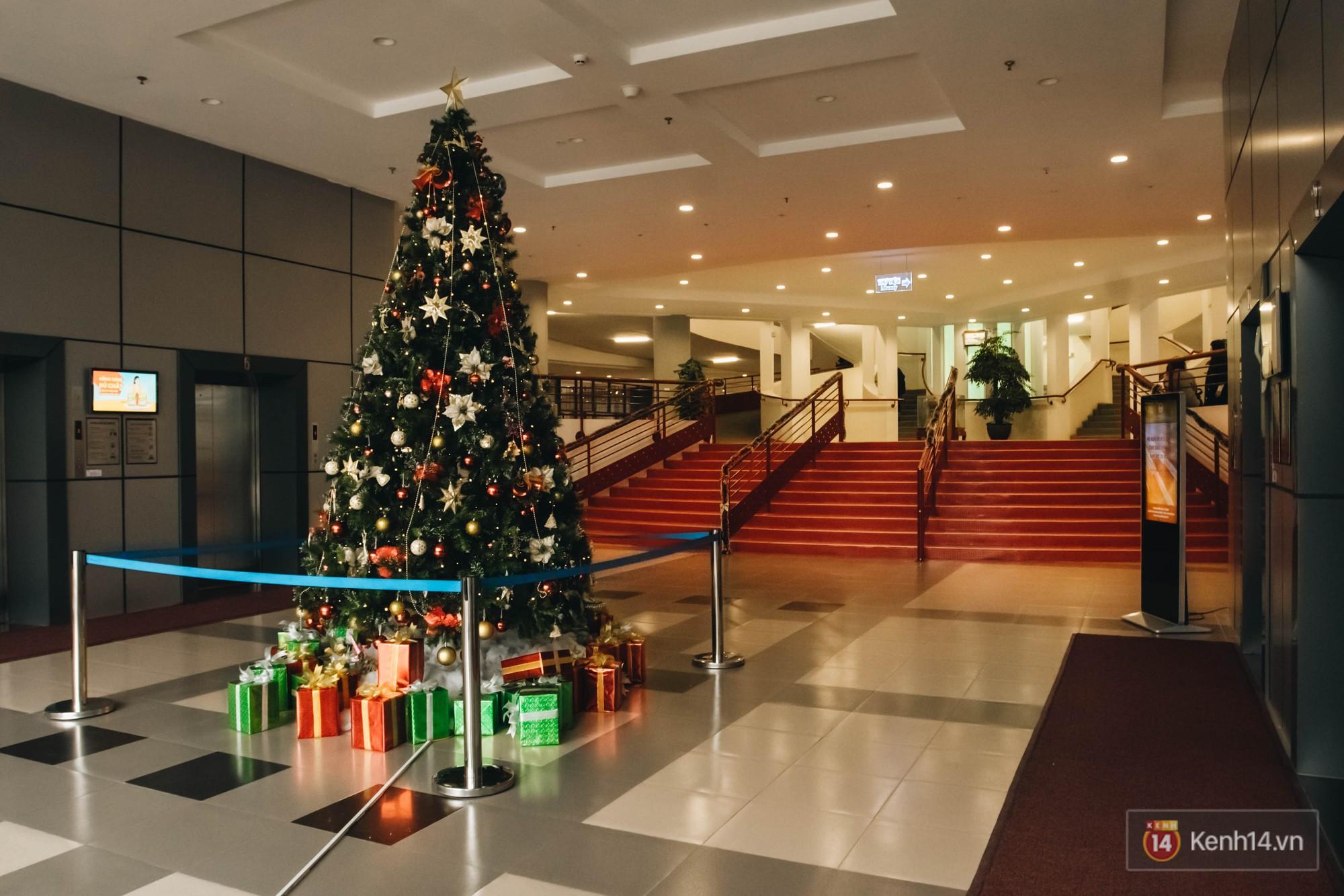 Xịn như Kinh tế Quốc dân: Dựng không gian checkin Noel sang như khách sạn bên trong toà nhà thế kỷ 96.000 m2 với 17 thang máy! - Ảnh 10.