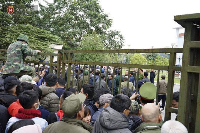 Hết trèo, CĐV lại chui qua hàng rào trụ sở VFF để hy vọng sở hữu tấm vé xem chung kết AFF 2018 - Ảnh 2.