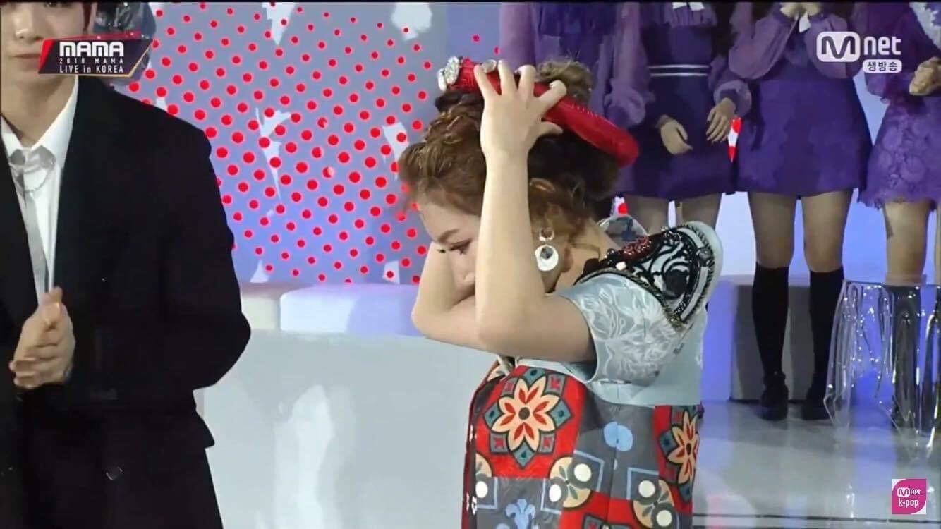 Cô gái đáng thương nhất MAMA 2018: Chủ nhân hit Người lạ ơi trượt ngã khi nhận giải, Kang Daniel gây sốt vì giúp đỡ - Ảnh 3.