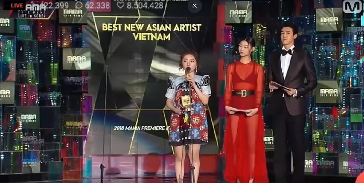 Cô gái đáng thương nhất MAMA 2018: Chủ nhân hit Người lạ ơi trượt ngã khi nhận giải, Kang Daniel gây sốt vì giúp đỡ - Ảnh 5.