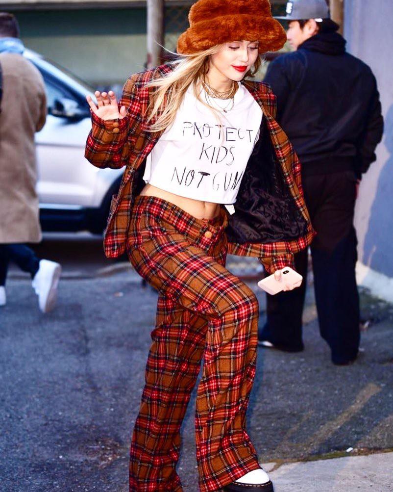 Trở về với tóc dài, Miley Cyrus gây ấn tượng với vẻ đẹp ngày càng sang chảnh trên phố - Ảnh 6.