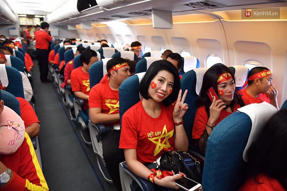 CĐV nhuộm đỏ sân bay Nội Bài và Tân Sơn Nhất, lên đường sang Malaysia tiếp lửa cho ĐT Việt Nam trong trận chung kết AFF Cup - Ảnh 6.