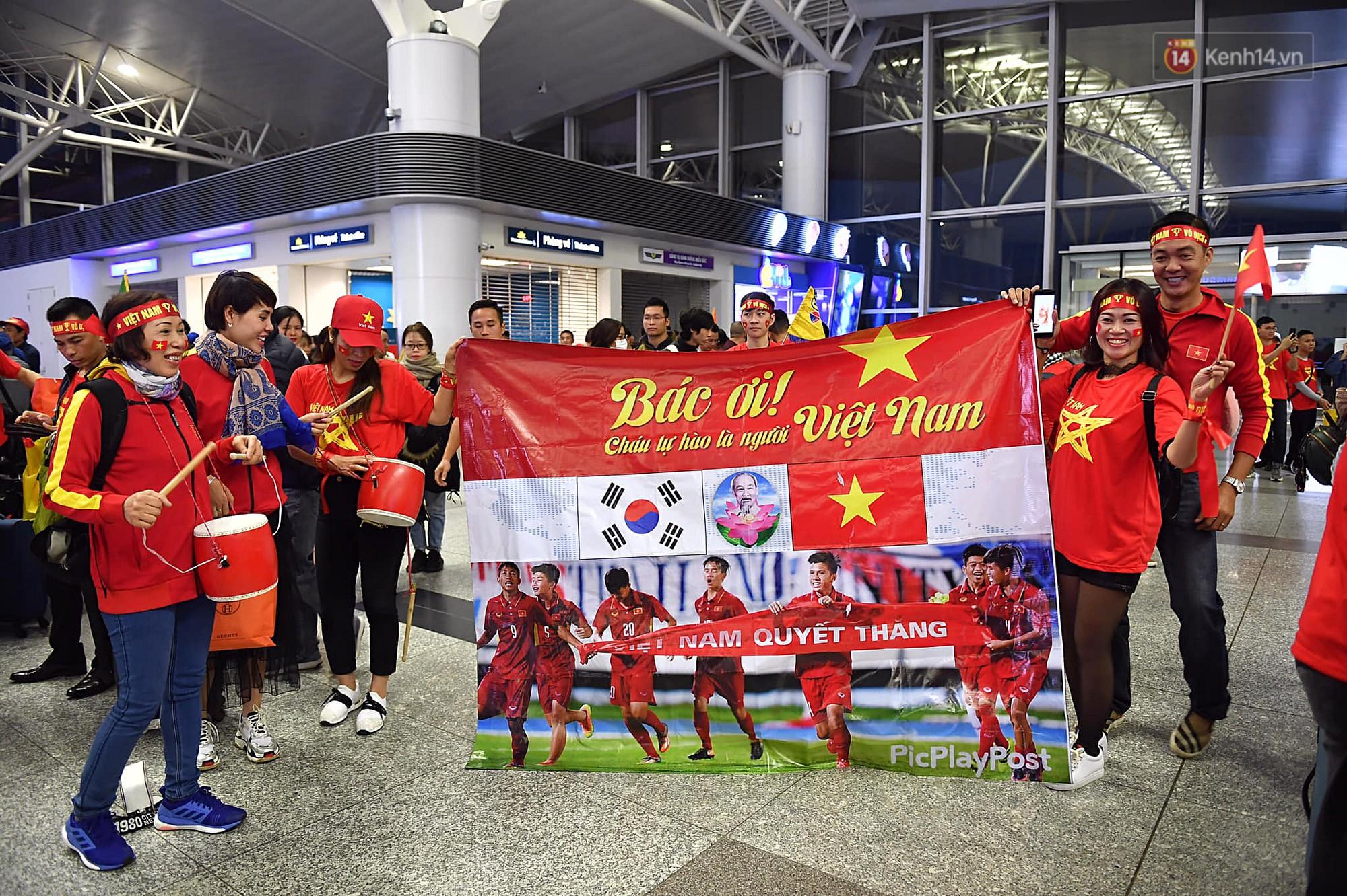 CĐV nhuộm đỏ sân bay Nội Bài và Tân Sơn Nhất, lên đường sang Malaysia tiếp lửa cho ĐT Việt Nam trong trận chung kết AFF Cup - Ảnh 3.