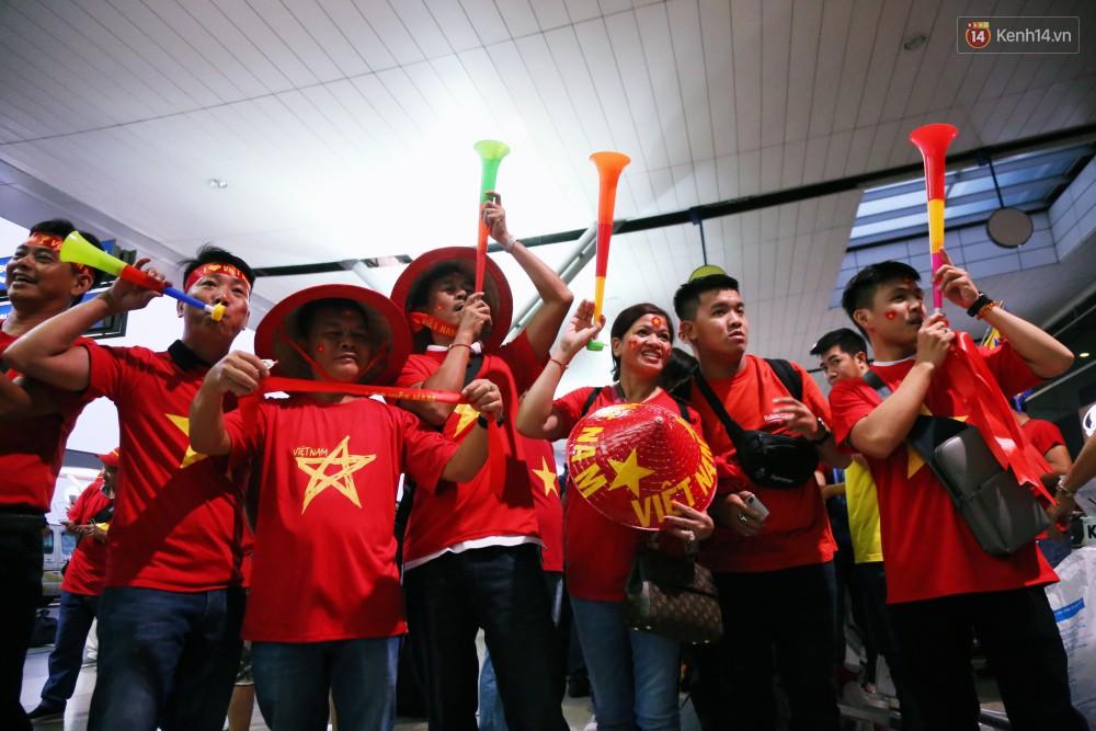 CĐV nhuộm đỏ sân bay Nội Bài và Tân Sơn Nhất, lên đường sang Malaysia tiếp lửa cho ĐT Việt Nam trong trận chung kết AFF Cup - Ảnh 9.