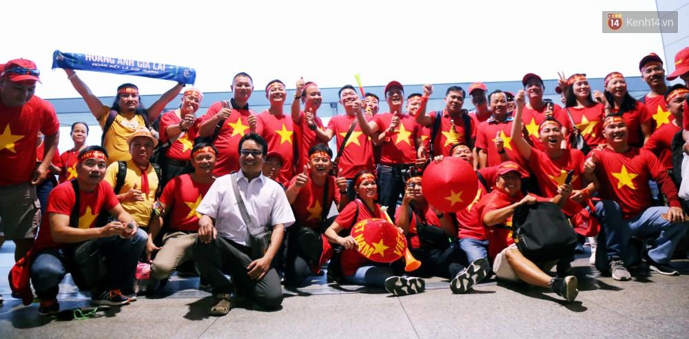 CĐV nhuộm đỏ sân bay Nội Bài và Tân Sơn Nhất, lên đường sang Malaysia tiếp lửa cho ĐT Việt Nam trong trận chung kết AFF Cup - Ảnh 14.