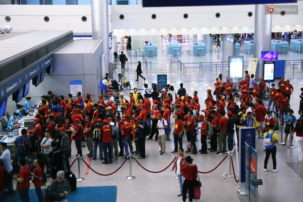CĐV nhuộm đỏ sân bay Nội Bài và Tân Sơn Nhất, lên đường sang Malaysia tiếp lửa cho ĐT Việt Nam trong trận chung kết AFF Cup - Ảnh 13.