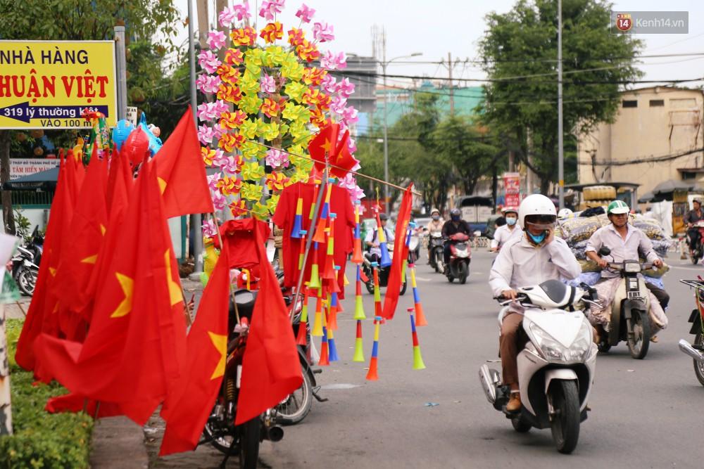 Quốc kỳ, áo đỏ sao vàng cháy hàng ở Sài Gòn trước trận chung kết lượt đi AFF Cup 2018 - Ảnh 3.