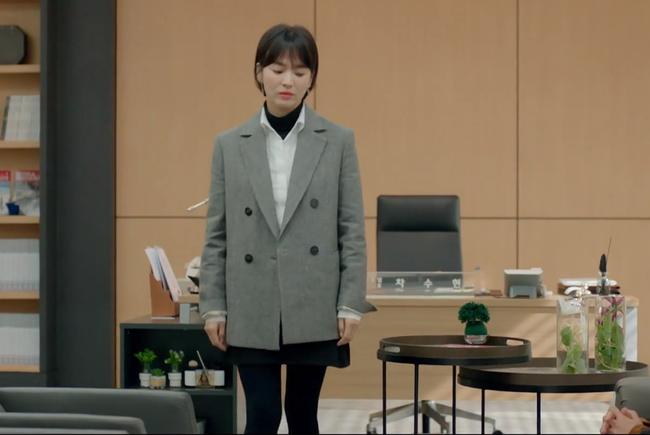 Lấy cảm hứng từ Song Hye Kyo, nàng công sở có ngay công thức layer áo cổ lọ + áo sơ mi chuẩn thanh lịch - Ảnh 3.