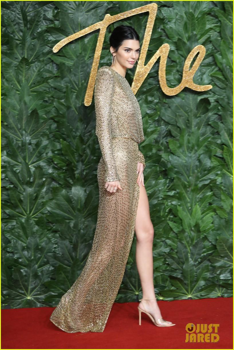 Kendall Jenner khoe vóc dáng đẹp như nữ thần, nhưng lộ lấp ló nhũ hoa vì thả rông trên thảm đỏ - Ảnh 4.