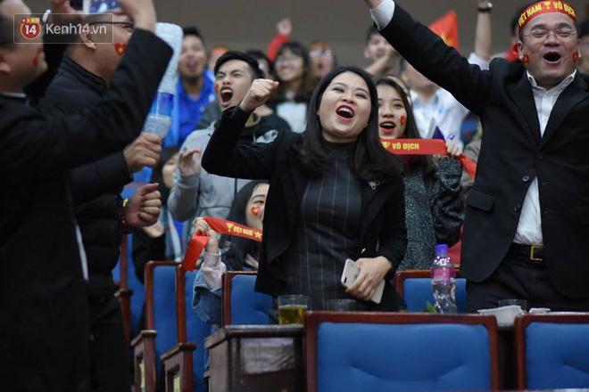 Cổ động viên khóc oà, buồn bã dưới mưa khi Malaysia gỡ hoà 2-2 với đội tuyển Việt Nam