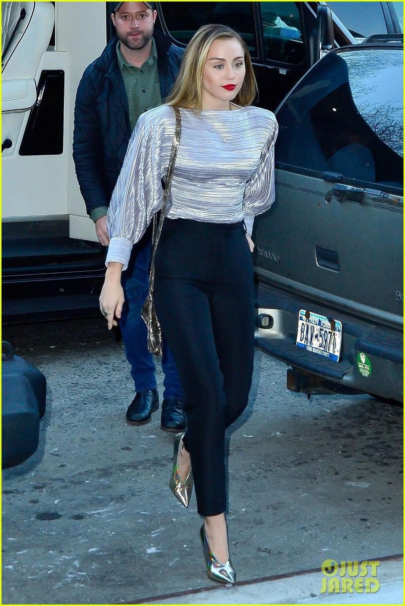 Trở về với tóc dài, Miley Cyrus gây ấn tượng với vẻ đẹp ngày càng sang chảnh trên phố - Ảnh 1.