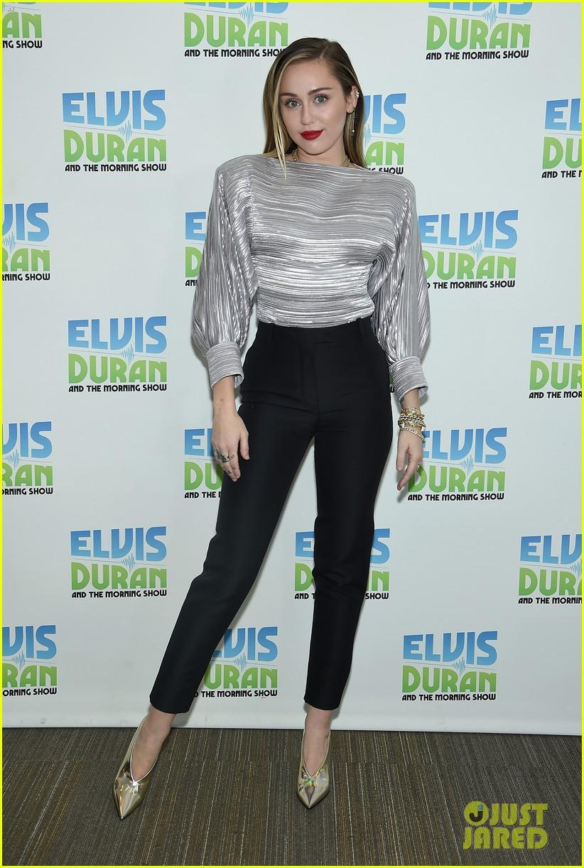 Trở về với tóc dài, Miley Cyrus gây ấn tượng với vẻ đẹp ngày càng sang chảnh trên phố - Ảnh 4.