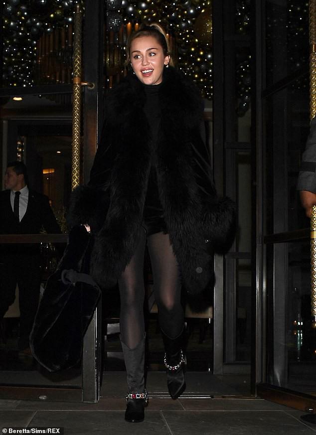 Trở về với tóc dài, Miley Cyrus gây ấn tượng với vẻ đẹp ngày càng sang chảnh trên phố - Ảnh 8.