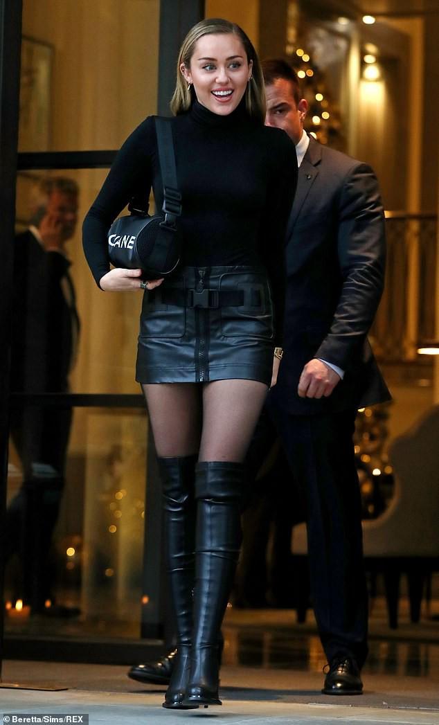 Trở về với tóc dài, Miley Cyrus gây ấn tượng với vẻ đẹp ngày càng sang chảnh trên phố - Ảnh 9.